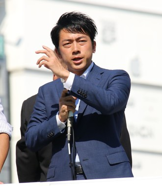 スーツ姿で演説する小泉進次郎氏