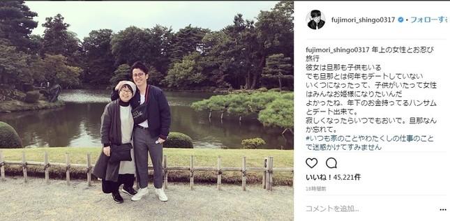 まるで恋人? 藤森慎吾さんとお母さんの2ショット(写真はインスタグラムより)
