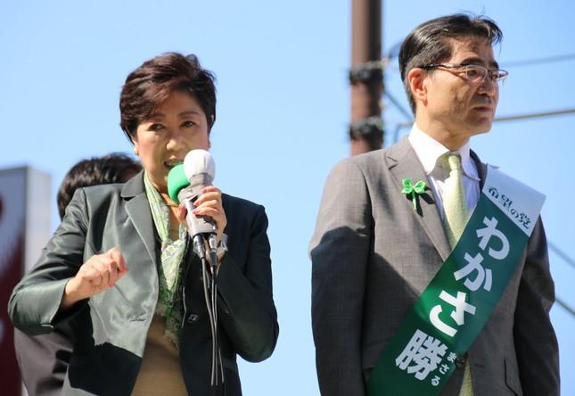 小池代表(左)は衆院選公示日から東京10区の若狭氏の応援に入った(2017年10月10日撮影)