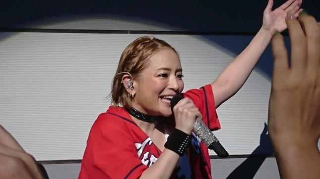 広島公演で浜崎さんが「カープ女子」に。写真は広島TA