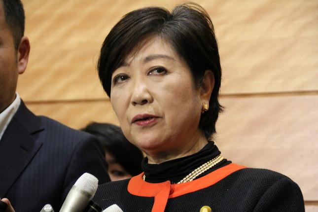 両院懇談会後、報道陣の取材に応じる小池百合子・希望の党代表