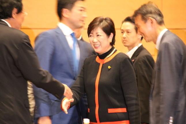 両院懇談会の会場入場時には、当選議員らと笑顔で握手する場面もあった