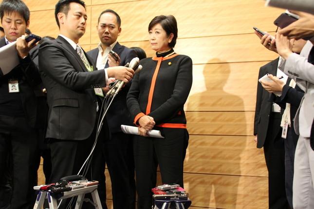 ぶら下がり取材に応じる東京都の小池百合子知事(希望の党代表)。「排除します」発言のきっかけになった質問をしたフリー記者の質問を「排除」した