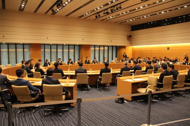 希望の党の両院議員懇談会では小池百合子代表の辞任を求める声が複数出た(写真は2017年10月25日の同懇談会冒頭部分の様子)
