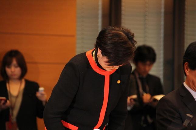 懇談会の冒頭あいさつで頭を下げた小池百合子代表(同)