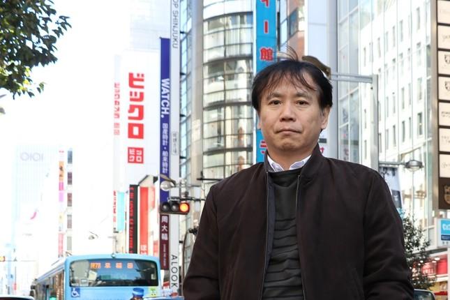 横田増生さん。後方に見えるのが、かつて潜入取材を行ったビックロだ