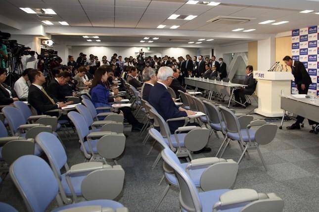 空席が目立つ民進党の両院議員総会。前原誠司代表(壇上、写真右)が頭を下げて陳謝した