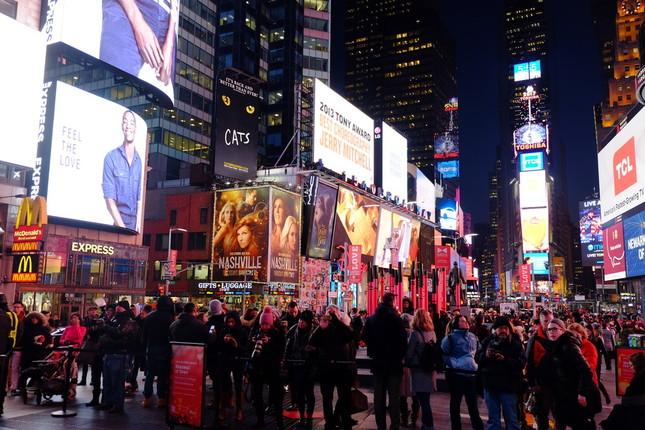 観光客で夜もにぎわうニューヨーク市のタイムズスクエア