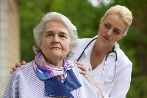 女性医師は患者にきめ細かなケアを行なう
