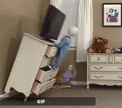 子どもはタンスの引き出しを階段にして登るのが好き(人形はダミー、米国消費者製品安全員会提供の動画)