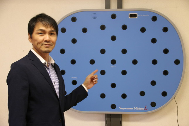 飯田さんのジムには、ビジョントレーニングの機器が置かれている