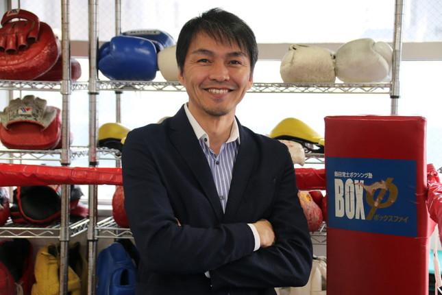 ジムにある「リング」で微笑む飯田さん