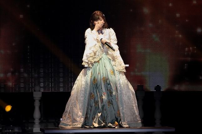 渡辺麻友さんは1曲目の「初日」から涙を見せた