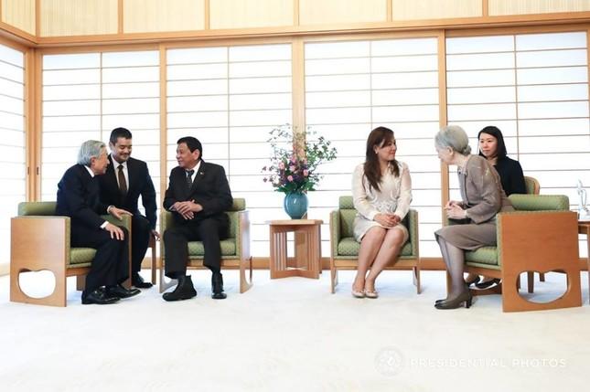 両陛下との会見は約25分間にわたって行われた(写真はフィリピン政府のフェイスブックから)