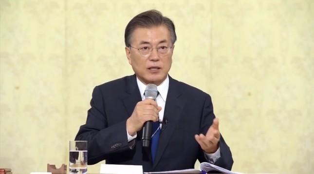 就任後初の記者会見に臨む韓国の文在寅(ムン・ジェイン)大統領。(写真は大統領府の動画から)