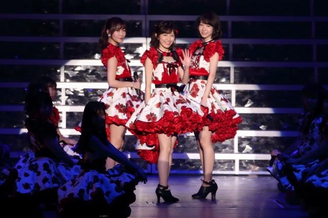 左から指原莉乃さん、渡辺麻友さん、柏木由紀さん。3人とも2018年の選抜総選挙には出馬しない(2017年10月撮影)