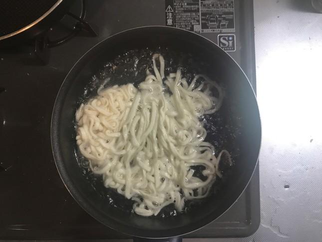 まずは麺だけを茹でる(カップにそのまま湯を入れる調理法でも問題ないようだ)