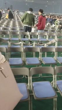 カメラ落下で背もたれが大きくゆがんだパイプ椅子。画像はケンタロウ(@jeuntekiiu)さん提供