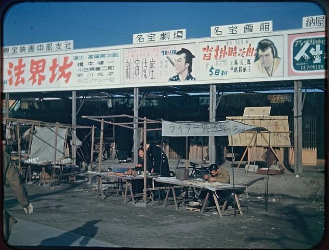 1946年~47年の愛知県内で撮影された写真。露店の後方には、映画や演劇の広告が見える(以下、写真はいずれも国立国会図書館デジタルコレクションの「モージャー氏撮影写真資料」より)