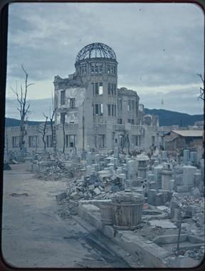 原爆ドーム。周囲には墓地が広がっていた