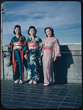 女性たち。着物写真の鮮やかさは、白黒写真では伝わらない。中央の女性の髪形は、当時流行のスタイル。サザエさんの髪型もこれが元ネタだ