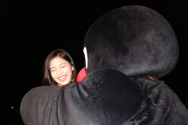 ピングーとハグし笑顔で喜ぶ佐野さん