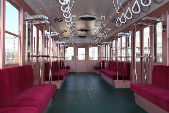 1958年の「初期仕様」に再現された車内。96年の引退時の車両と比べてドアの窓が大きく、網棚のスペースが少ない