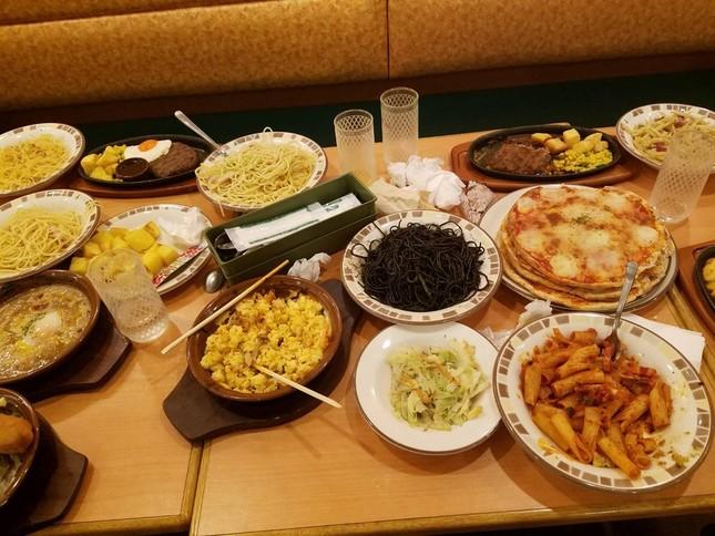 テーブルの上に残った大量の食べ残し。画像は伊藤初美(@hatsu823)さん提供