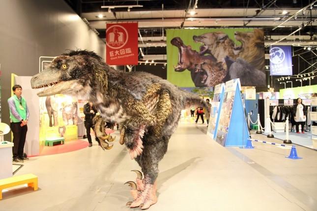 恐竜が会場内を歩き回るショー「DINO-A-LIVE」も行われる