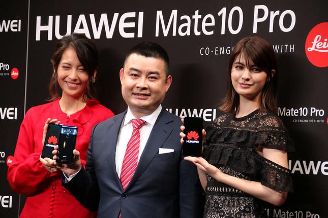新製品を手にするファーウェイの呉波氏(中央)。フリーアナウンサーの青木裕子さん(左)、モデルのマギーさん(右)と共に
