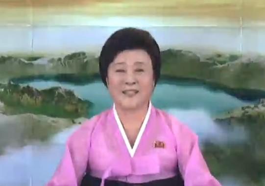 「火星15」発射の声明を読み上げる李春姫(リ・チュニ)アナウンサー(朝鮮中央テレビから)