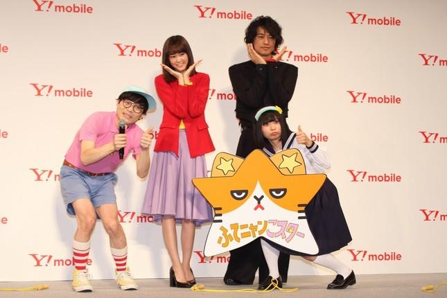 左からスーパー3助さん、桐谷美玲さん、斎藤工さん、アンゴラ村長さん。にゃんこスターは初のCM出演を果たした