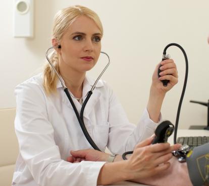 血圧の高い女性は要注意(写真はイメージです)