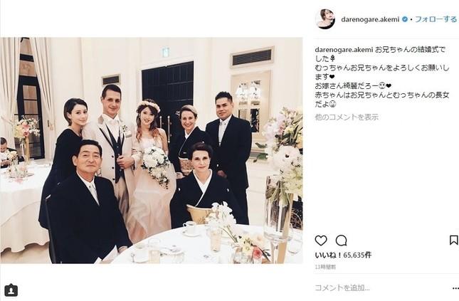 ダレノガレさんが公開した家族写真(画像はダレノガレさん公式インスタグラムのスクリーンショット)