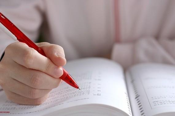苦労して勉強すれば成績は上がるのか?(写真はイメージ)