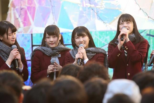 リーダーに指名されて意気込みを語る「=LOVE」(イコールラブ)の山本杏奈さん(右から2番目)。一番右はセンターポジションの高松瞳さん