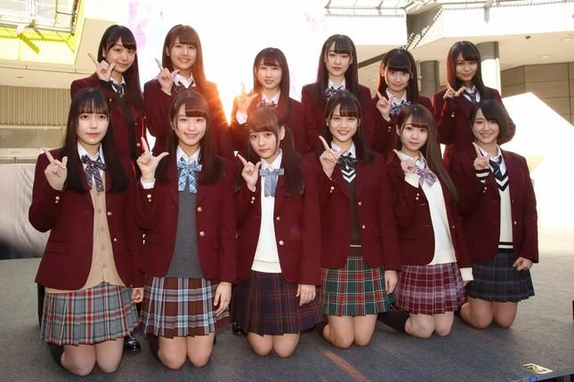 2枚目のシングル曲「僕らの制服クリスマス」を発売した「=LOVE」(イコールラブ)。後列左から3番目がリーダーに就任した山本杏奈さん。センターの高松さんは前列右から3番目だ
