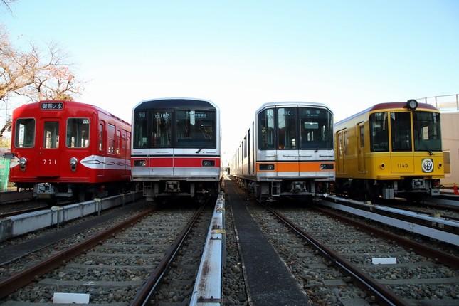 左から丸ノ内線500形、同02系、銀座線01系、同1000系特別仕様車。4車種が「そろい踏み」する形で公開されるのは初めて