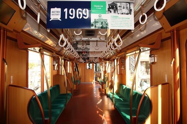 銀座線1000系特別仕様車。内装は木目調で、90年前の開業時をイメージした