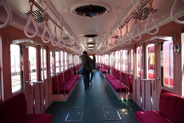 丸ノ内線500形の内装。1958年の登場時を再現した。