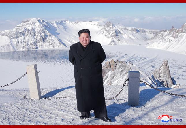 朝鮮中央通信が配信した写真。コートは薄手で、革靴はピカピカだ
