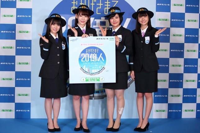 イベントは東京モノレールの乗客20億人達成を記念して行われた。左から矢吹奈子さん、宮脇咲良さん、兒玉遥さん、松岡はなさん