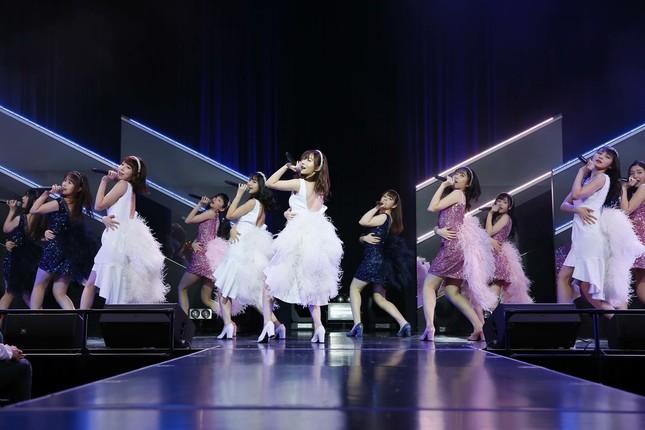 福岡市内で行われたHKT48の劇場公演に出演した指原莉乃さん(写真中央)(c)AKS