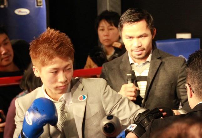 井上尚弥(左)を指導するパッキャオ(写真は2016年11月、東京・原宿でのジム設立会見)