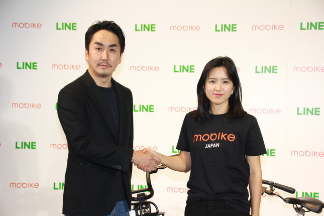 LINE社長の出澤剛氏(左)とモバイク創業者のフー・ウェイウェイ氏