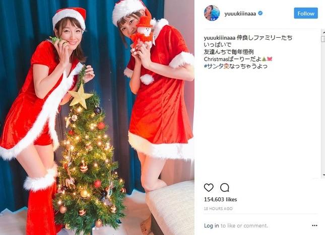サンタコスを披露した(左)木下優樹菜さん(画像は公式インスタグラムのスクリーンショット)
