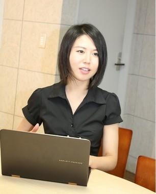 スタッフと打ち合わせをする松尾伊津香さん