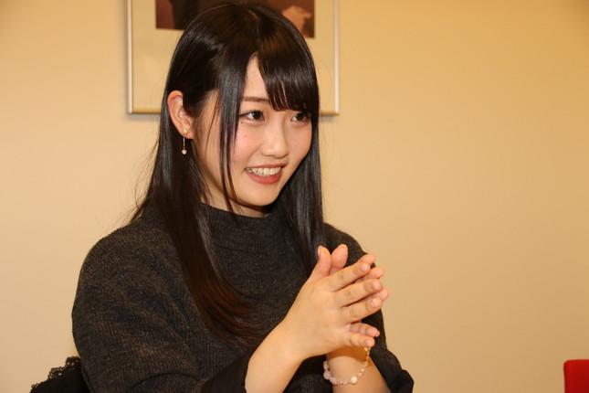 インタビュー中の夏目さん(2017年12月18日撮影)