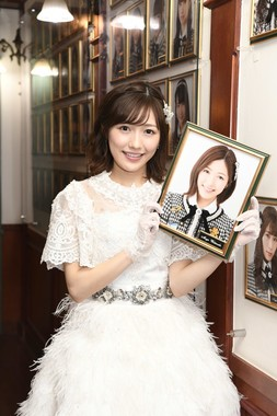 劇場の写真を取り外した渡辺麻友さん。メンバーが卒業する際の恒例行事だ(c)AKS