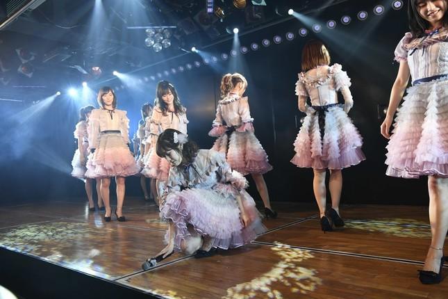 卒業公演では「11月のアンクレット」も披露された。渡辺麻友さんはステージにマイクを置いた (c)AKS